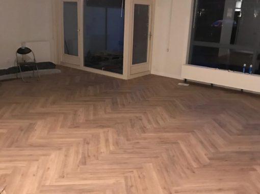 PVC visgraat vloer, afgewerkt met hoge plinten
